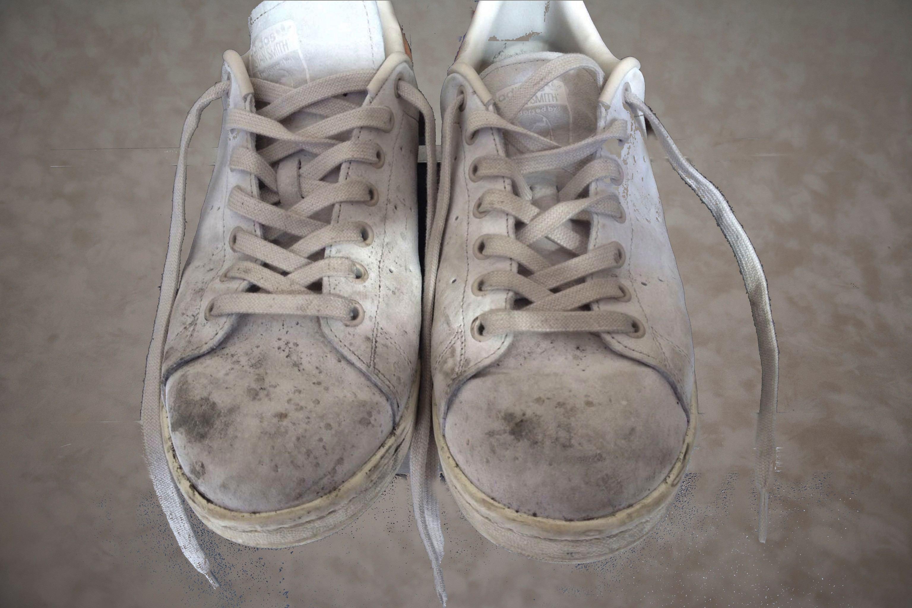 Sneakers schoonmaken met stoom voor behandeling